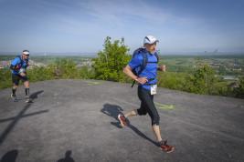 Zum vierten Mal veranstaltet am Sonntag (10.05.2015) die RAG in Saarbrücken Von der Heydt ihren Hartfüssler Trail. Die unterschiedlichen Strecken führen über 7,5, 14 und 30 Kilometer. Die Königsdiziplin ist der Lauf über 58,95 Kilometern bei 1654 Höhenmetern. Rund 700 Teilnehmer haben sich in diesem Jahr angemeldet.   Im Bild: Die Läufer erreichen die Halde Viktoria in Püttlingen.  Foto: Becker&Bredel
